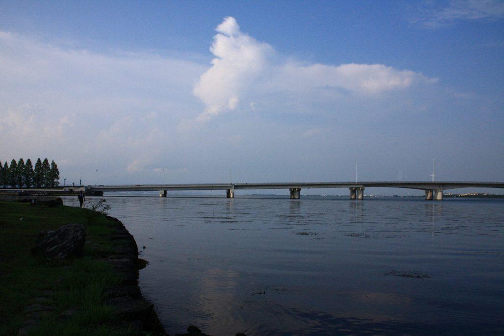琵琶湖に浮かぶ4つの島々と琵琶湖に架かる2つの橋 近江大橋