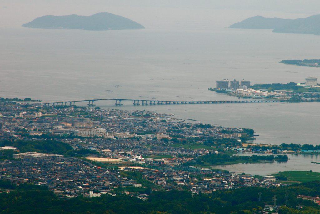 琵琶湖に浮かぶ4つの島々と琵琶湖に架かる2つの橋 琵琶湖大橋